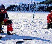 冰湖上钓鱼