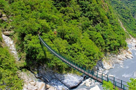 suspension-bridge-at-swallow-grotto-taroko-taiwan